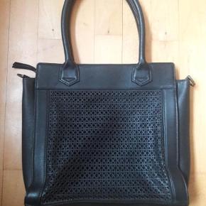 Ubrugt lædertaske (shopper) Måler 30 cm i bredden og ca. 29 cm i højden. Hanke: 49 cm Der kan vist sættes en skulderrem på tasken.