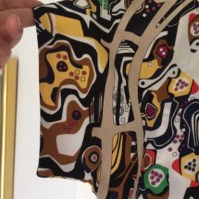 Silkebluse med smukt print. Italiens str 44, svarer til str. 38. Blusen har vingeærmer og lynlås i ryggen. Bytter ikke
