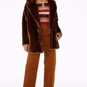 Fake fur jakke / pelsjakke fra Monki i den flotteste brune farve. Aldrig brugt  Nypris 600 kr