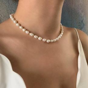 Håndlavet halskæde Materiale: smuk naturlige ferskvandsperle og miyuki perler i guld farve. Armbånd: 135kr Kan sendes med Postnord som brev til 10kr på eget ansvar
