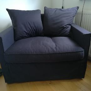 Ikea Härnösand lænestol. Mørkeblå. Meget lidt brugt. Perfekt som mini sofa til fx børneværelset da den er forholdsvis bred. 97 cm bred og 77 i dybden.