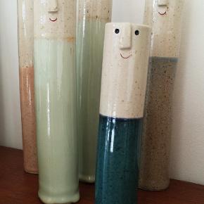 """NY PORTION HYL ER KLAR 💛 De skønneste håndlavede keramik vaser - også kaldt """"Lange Hyl"""" De er så fine og helt unikke på deres skønne facon og udtryk.  De behøver ikke nødvendigvis benyttes som vaser, men blot stå som de er 😍  Priser fra 125kr - 200kr. Prisen er fast.  Ved TS betaler køber gebyret.     Sender gerne med DAO. Kan hentes i Fredericia, Vonsild eller Pjedsted  Fri fragt ved køb af 499kr"""