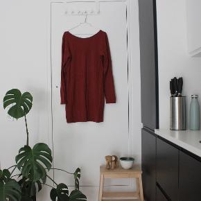Kjole fra VILA med dyb ryg. Tråden omkring halsudskæringen er gået op enkelte steder.  Sælger billigt, da alt skal væk - BYD endelig.