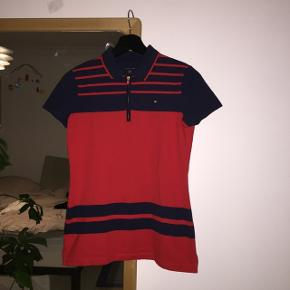 Flot rød og blå stribet polo med lynlås