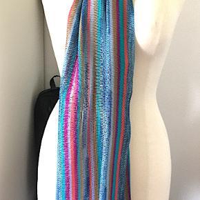 Missoni viscose tørklæde, brugt få gange, har nogle få trådudtræk. Mål: 186x35 cm.