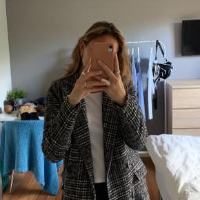 Vero Moda Tall Check Tailored Coat købt på Asos.  Brugt meget få gange, fejler intet. Sælges da den ikke lige er mig alligevel.  Skriv endelig hvis i har spørgsmål eller vil se flere billeder! :)  🚬❌🐈 RØG OG PELSFRIT HJEM