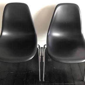 OrigInale Charles og Ray eames stole.  Produktionsår: 2005  Hos vitra.  1 for 1000kr 2 for 1500 kr   BYD gerne
