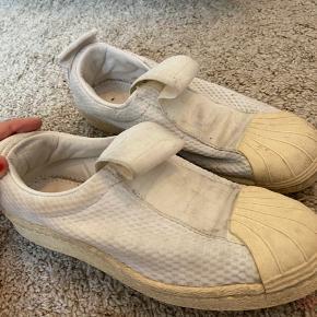 Sneakers fra Adidas, slidte men kan muligvis vaskes væk.