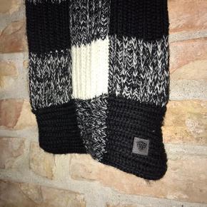 Halstørklæde / scarf uld. Ternet hvid, sort og grå. God stand, brugt minimalt.