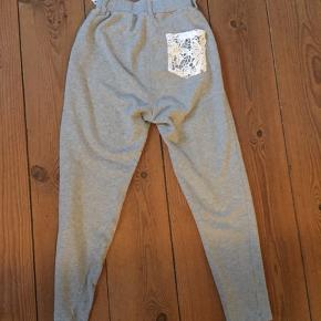 Bukser, str. S. Bluse med 3/4 ærme, str. M.