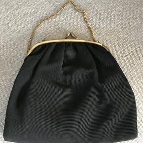 fin lille taske med guldkæde.  h 14 b 16 uden kæde byd