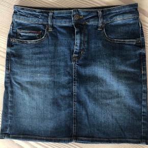 - Tommy Jeans cowboynederdel -Tjk slim denim skirt.  Som ny;) -brugt og vasket en gang. Der er stretch i stoffet. Str 28 W Np 800 kr  Np: 800 kr