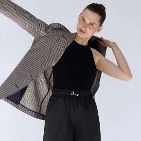 Zara nylon shorts i str. xs - brugt 2 gange men for små, næsten lige købt og udsolgt på hjemmesiden. Normale i størrelsen synes jeg, jeg er bare mere en small