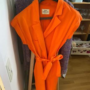 Binde-kjole fra Mads Nørgaard. Brugt få gange. Den er også fed med den multifarvet bluse fra Envii under (se anden annonce).