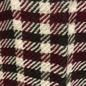 🎅🏼🎅🏼🎅🏼 oplagt som adventsgave 🎅🏼🎅🏼🎅🏼  😊😊😊 FAST PRIS 😊😊😊  Lækkert blødt tørklæde i farverne mørk rød, sort og hvid. Nyt med prismærke