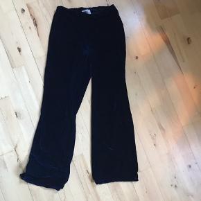 Blå velour bukser fra Rude.  Elastik i taljen. Super behagelige at have på.  Skriv for bud eller flere billeder :)