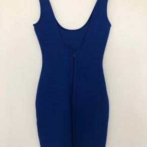 Flot blå kjole, brugt enkelte gange.