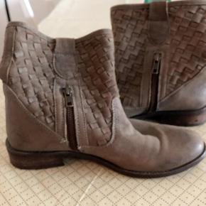 Gråbrun Dixie Rakel skindstøvle Fra DIXIE str 37. Lidt små i størrelsen. Skaftevidde foroven ca 31 cm.  Kvalitetsstøvle med fletteskaft