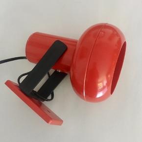 Super fed dansk produceret retro lampe i hård plast  Har små brugsspor - men fremstår generelt flot  H 20 cm Ø 12 cm