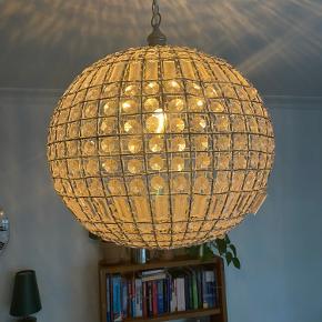 Fin lampe, som har hængt i min stue. Fejler intet. Måler 50cm i diameter på det bredeste stykke.