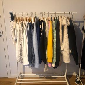 RIGGA garderobestativ fra Ikea der kan justeres i højden Nypris er 150kr Mindstepris er 70kr.   Kan afhentes i Skanderborg  Der er ingen tegn på slid og fremstår derfor som nyt.  Jeg har 2 stativer af denne model (de har samme stand) og de kan købes samlet for 80kr 👍🏻 Skriv pb for flere billeder - mål kan findes på Ikea hjemmeside