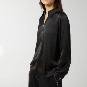 Satin skjorte med lynlås, aldrig brugt kun prøvet på, nypris er 590