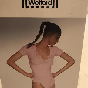 EKSTRA NEDSAT!!! Virkelig lækker Mix-Up string body fra Wolford, med kort ærme. Stadig i æske.  Lækker Mix-Up string body Farve: Sort Oprindelig købspris: 2249 kr.
