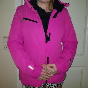 Brand: Icepeak Varetype: ski jakke Farve: pink Oprindelig købspris: 900 kr.  Pæn dame skijakke. Har alt hvad der er nødvendigt af lommer, vindfang og hætte. Brugt to uger.