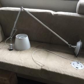 artemide. Der er sprunget en wire...kan vel skiftes. Lampeskærmen er ikke så pæn ...men brugbar.