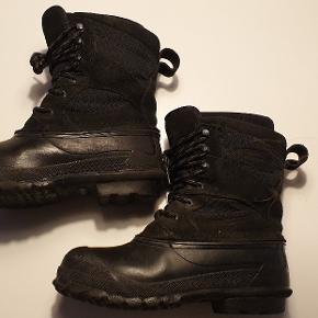 Superlækre, varme og slidstærke sorte vinterstøvler fra LaCrosse.  Brugt en sæson, og i rigtig fin stand med almindelige brugsspor. Udtagelige inderstøvler, så de kan vaskes:)
