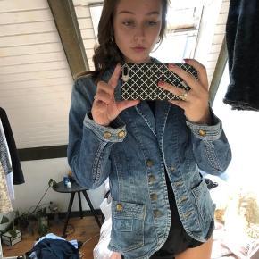 Sælger denne fede denim jakke der har et blazer look  Super fin og sød  Er selv 164