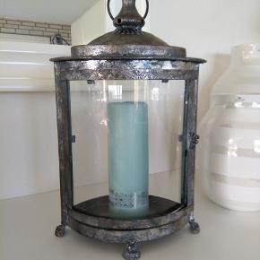 Sød lille lanterne til sterinlys. Da det er glas, sender jeg ikke.