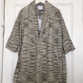 Fin pepper long blazer fra Second Female . Aldrig brugt og stadig med tags. 100% bomuld. Kan bruges som overtøj når det er lunt og som kimono eller blazer inde om vinteren.  Str xs . Længde: 80 cm fra kravesøm og ned.  Brystmål: 50 cm målt bagpå på tværs fra armhule til armhule. Regulerbar foran.   Se også alle mine andre annoncer!   Søgeord: blazer kimono jakke frakke vævet cotton bomuld klassisk råhvid sort bælte cardigan trøje