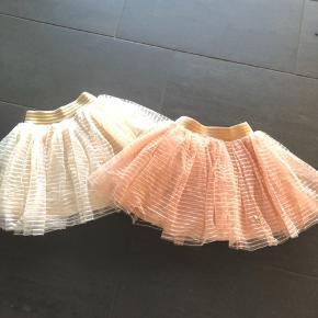 Strutskørt / nederdel fra PDL i henholdsvis hvid eller fersken farvet. Guld elastik om maven. Virkelig fin. Max brugt en gang. Fejler derfor intet. Prisen er pr. Stk.