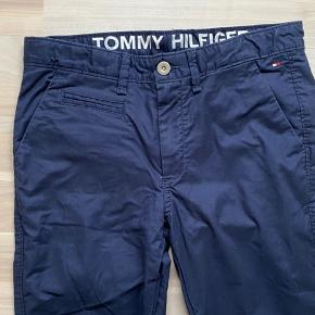 Flotte næsten nye mørkeblå chinos bukser fra Tommy Hilfiger str 164. Brugt 1 gang til konfirmation. Regulerbar elastik i livet. Nypris 800kr. Sender gerne med dao a 39kr