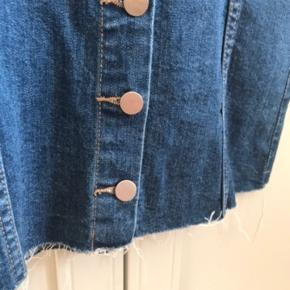 Kort cowboy nederdel, med knapper. Masser af strech i stoffet.  Aldrig brugt   🌼Bytter ikke🌼 🌸Kan afhentes eller sendes igennem Trendsales på købers regning🌸