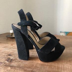 Also sorte plateau heels sælges i str. 37. Brugt max 2 gange og i pæn stand. Nypris var 800