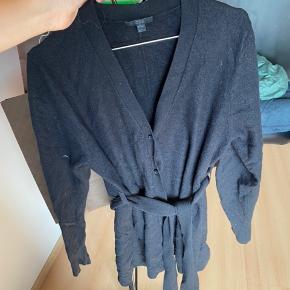 100% uld. A snit. Super lækker, stilren og hyggelig cardigan med knapper og bindebånd.