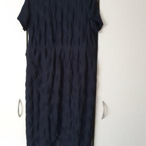 Super flot kjole fra Zizzi str. M/46-48. Kjolen er med underkjole og fede effekter i stoffet. Den falder så flot. 93% polyester, 7% elastane Brystvidde 116 cm Længde 115 cm (er lidt længere bagpå) Kjolen er aldrig brugt, kun vasket. Bud er velkommen - Tag også et kig forbi mine andre annoncer og spar penge også på portoen 😉