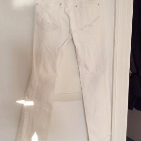 Diesel Doozy stretch jeans, hvide. Med rå detaljer.  Str 26/32, bomuld og elastan Brugt minimalt  Køber betaler Porto. Kan evt afhentes hos mig i København K aften/weekend