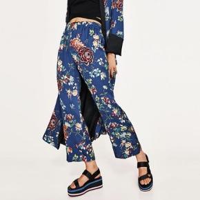 Super fine blå bukser i pyjamasstil fra Zara i str xs. Trænger til at blive strøget, men fejler ellers ingenting! Brugt meget få gange:)