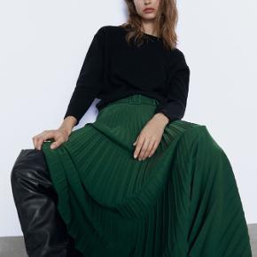 Smuk plisseret nederdel med bælte fra Zara. Aldrig brugt, stadig med mærke Køber betaler ts gebyr