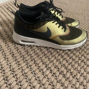 Nike Air max Thea i guld sælges. Brugt meget meget lidt!