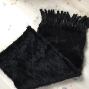 Smukt strikket mink tørklæde/stola - 40 cm x 200 cm fra Alex Petersen. Aldrig brugt - ikke ryger Bytter ikke