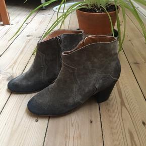Lækker grå ruskindsstøvle, brugt få gange .🌹 Str. svarer ca. til str. 35,5 og er købt i Sydkorea. Køber betaler forsendelse🌹