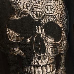Helt ny og aldrig brugt, stadig med mærker sort hoodie fra tjekkede, ekstravagante og eksklusive Philipp Plein. Købt i butikken i New York og kostede 6.700kr. Made In Italy.