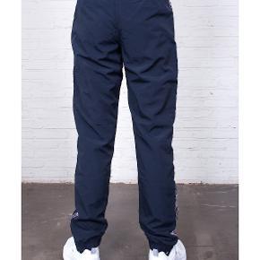Mørkeblå champion tape track pants.  Sendes med dao eller afhentes i Valby :)