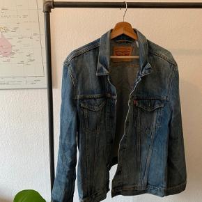 Kom og køb min dejlige og klassiske denim jakke fra Levi's.  Klassike farver og i det utroligt slidstærke denim Str xl og skal koste dig 175 og ellers stik mig dit bedste bud :)