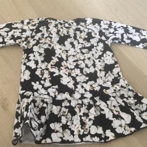 Fin Molo kjole med popkorn NMM str 56.  Sender gerne med gls eller dao.