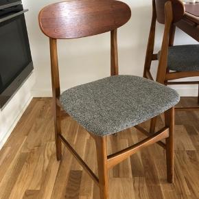 4 stk. spisestole i træ/teak. Se evt min annonce med passende spisebord med hollandsk udtræk.
